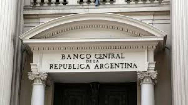 Se reglamenta el modo en que los deudores de prestamos financieros externos con vencimientos hasta el 31.03.21 deberan obtener la refinanciacion dispuesta por la Com. BCRA A7106.
